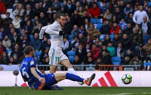 Bale tung cú sút nâng tỷ số lên 2-0.