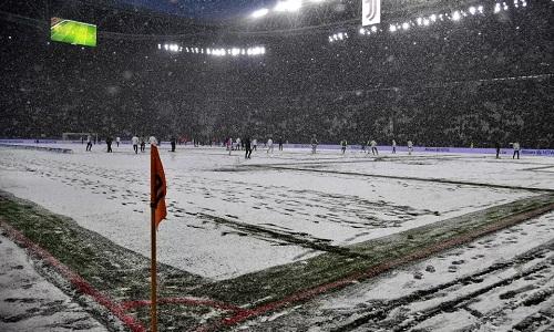 Mặt sân tạiAllianz bị che phủ bởi tuyết. Ảnh: AFP.
