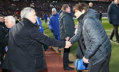 [Mourinho bắt tay hòa giải Conte. Ảnh: ManUtd.