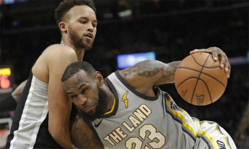 Dù rất cố gắng,LeBron James không thể gánh được Cavaliers trong trận thua Spurs. Ảnh: Bleacher Report.