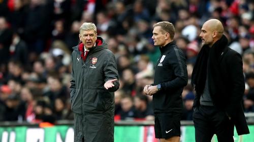 Wenger phàn nàn với trọng tài thứ tư Scott về việc trận đấu có quá ít thời gian bù giờ. Ảnh: PA.