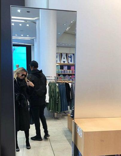 Bạn gái chụp ảnh với Martial đang quay lưng.