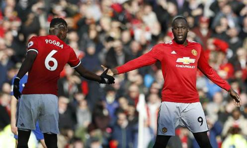 Lukaku bắt tay Pogba sau khi ghi bàn vào lưới Chelsea. Ảnh:Reuters.