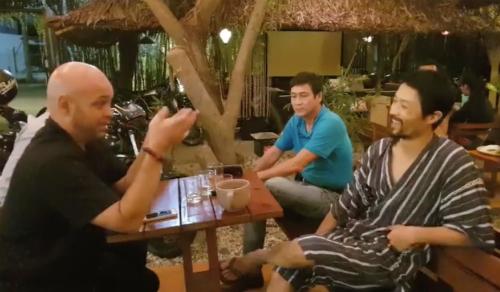 Flores (trái) trò chuyện với Johnny Trí Nguyễn (người mặc áo sọc). Ảnh:Minh Hoà.