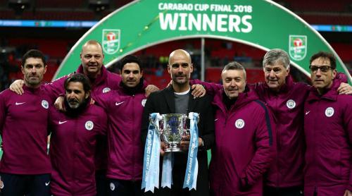 Guardiola (giữa) và thành viên ban huấn luyện Man City nâng Cup liên đoàn. Ảnh:AFP.
