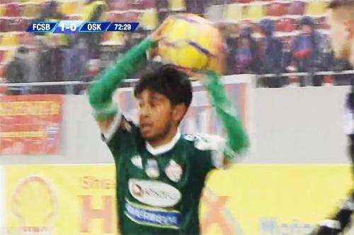 Cầu thủ Sepsi đeo tất vào tay để thi đấu.