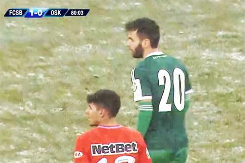 Cái lạnh âm 8 độ C khiến các cầu thủ không thể để tay trần.