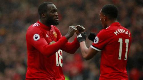 Martial và Lukaku chia vui sau một bàn thắng ở Ngoại hạng Anh. Ảnh:Reuters.