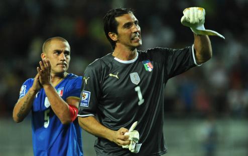 Trong khi Cannavaro đã chuyển sang làm huấn luyện viên từ lâu thì Buffon tiếp tục chinh chiến ở tuổi 40. Ảnh:AFP.