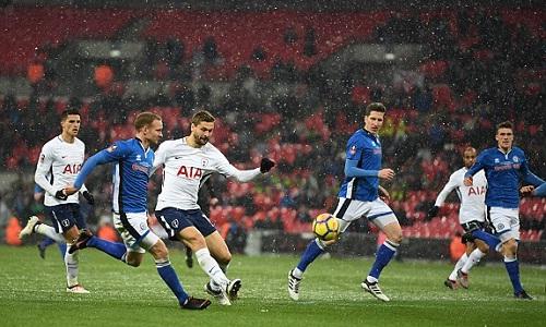 Llorente góp ba bàn, giúp đội nhà cầm chắc chiến thắng. Ảnh: Mail Online.