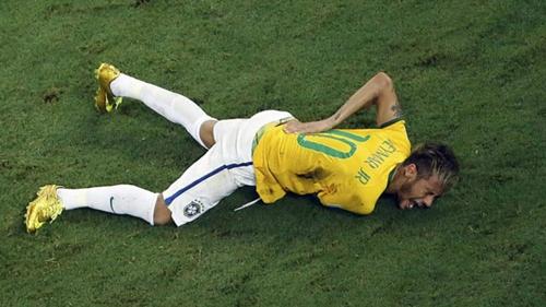 Neymar từng lỡ trận bán kết World Cup 2014 vì dính chấn thương lưng. Ảnh: Marca.