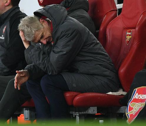 HLV Wenger gục đầu thất vọng. Ảnh:AFP.