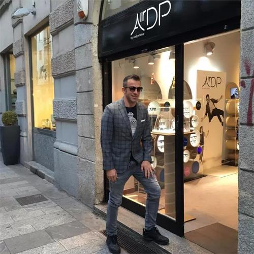Del Piero bên ngoài một cửa hiệu tại Italy.