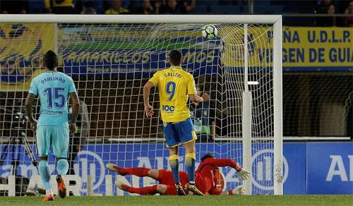 Ter Stegen bó tay trước cú đá 11m đưa bóng vào góc cao.