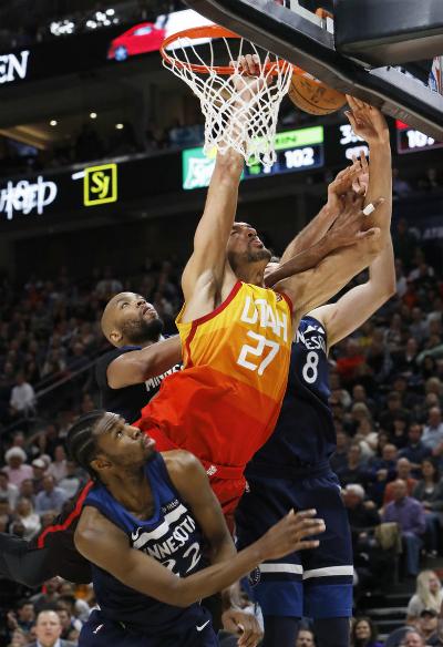 Utah Jazz giành chiến thắng trong trận đấu có tới năm lỗi kĩ thuật và ba cầu thủ bị đuổi. Ảnh:AP.