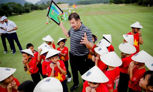 Sir Nick Faldo tận tình hướng dẫn các em nhỏ địa phương trong hoạt động CSR Golf diễn ra tại Lăng Cô năm nay.