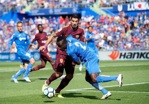 Getafe (áo xanh) luôn phạm lỗi để ngăn đối thủ tấn công. Ảnh: Reuters
