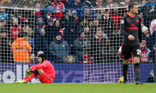 Arsenal vẫn chưa thể tìm ra giải pháp khắc phục các sai lầm ở hàng thủ cũng như tình trạng thiếu sinh khí của tuyến giữa và hàng công. Ảnh: Sky.