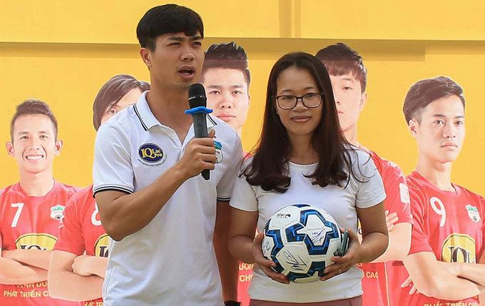 CĐV tranh thủ chụp ảnh với cầu thủ HAGL khi mua vé V-League
