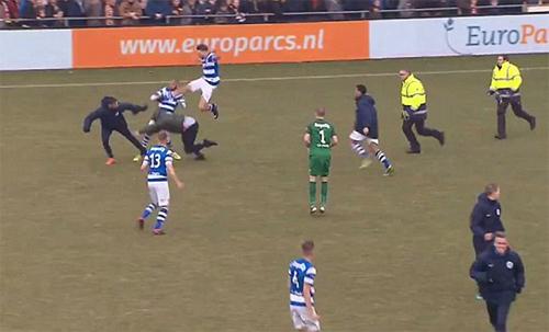 CĐVGo Ahead Eagles và cầu thủDe Graafschap đánh nhau.