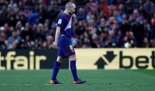 Iniesta rời sân ở phút 36 sau hai pha va chạm liên tiếp. Ảnh: Reuters.