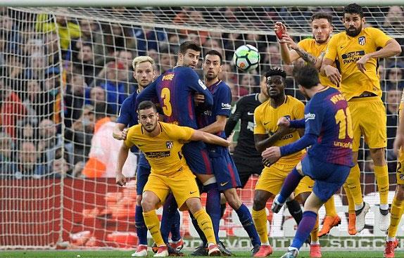 Hàng rào của Atletico không ngăn được pha mở tỷ số. Ảnh: Reuters