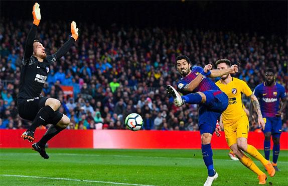 Suarez bị từ chối cú vô lê đưa bóng vào lưới Atletico.