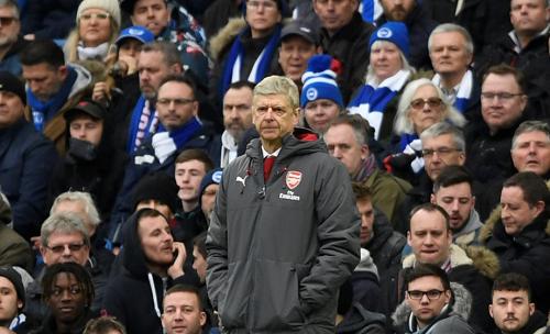 Wenger bất lực trên sân Falmer của Brighton, vòng 29 Ngoại hạng Anh. Ảnh: Reuters.
