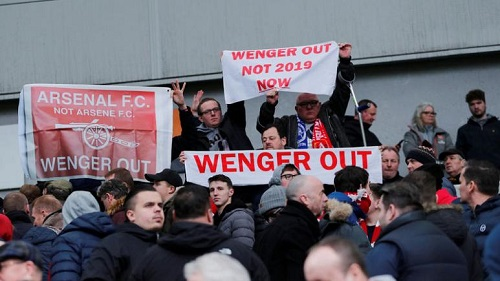 CĐV Arsenal giăng biểu ngữ đòi sa thải Wenger ngay lập tức. Ảnh: Reuters.