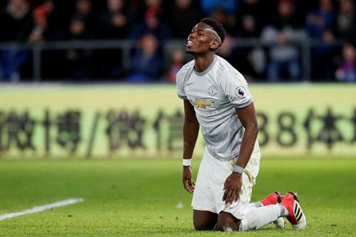 Pogba mất bóng và chuyền hỏng nhiều lần. Ảnh:Reuters.