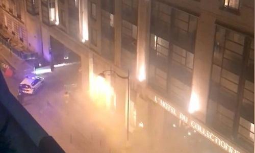 Cảnh sát được điều động để giải tán đám đông gây rối bên ngoài khách sạn. Ảnh: Le Parisien.