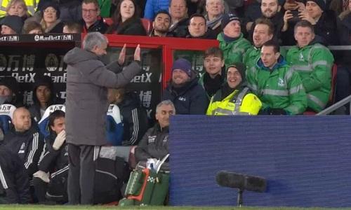 Mourinho xin lỗi CĐV trên khán đài sau hành vi đá chai nước về phía họ. Ảnh: Sky Sports.