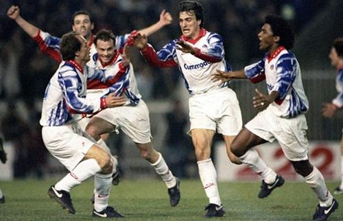 Đội hình PSG thập niên 1990 rất mạnh, với những hảo thủ như Weah, Ginola. Ảnh: AFP.