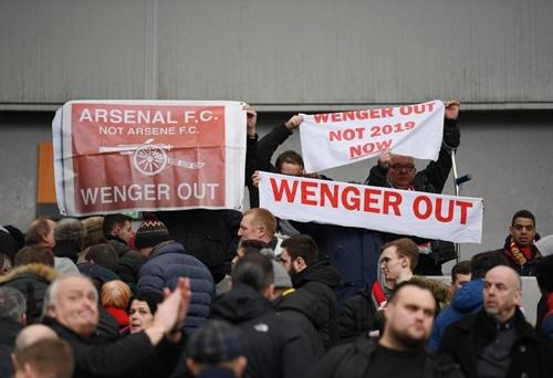 Làn sóng phản đối Wenger đang dâng cao trong lòng CĐV Arsenal. Ảnh: PA.