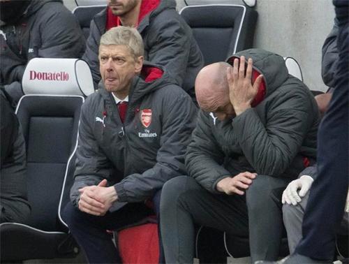 Wenger (trái) đang trở thành mục tiêu công kích của giới hâm mộ Arsenal. Ảnh: Reuters