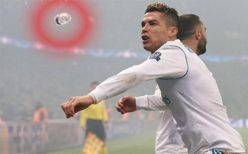 Ronaldo suýt lĩnh nguyên chai nước vào mặt. Ảnh: RM