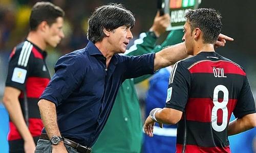 Low là thầy của Mesut Ozi, ngôi sao số một Arsenal ở tuyển Đức. Ảnh: Reuters.