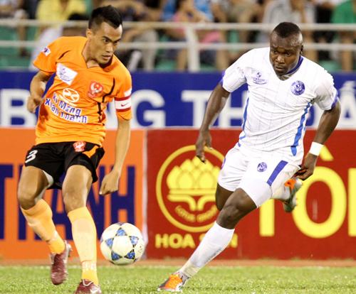 Phước Tứ (số 4) là trung vệ đắt giá nhất của bóng đá Việt Nam. Ảnh: Đức Đồng.