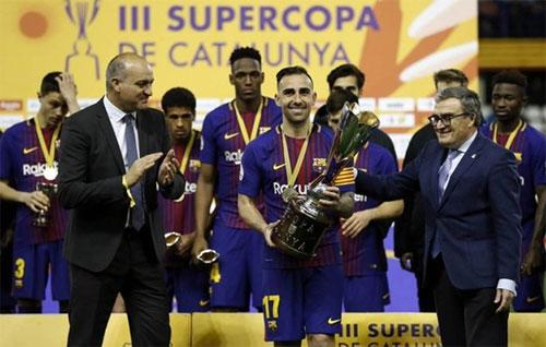 Paco Alcacer đeo băng thủ quân lên nhận Siêu Cup. Ảnh: DS