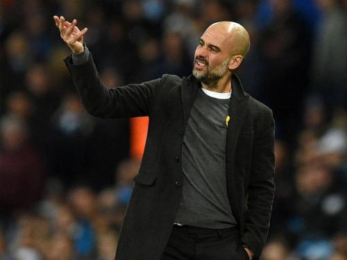 Guardiola thể hiện sự không hài lòng bên ngoài đường biên. Ảnh:AFP.