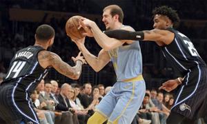 LA Lakers thắng nhờ quyết định của trọng tài ở giây cuối