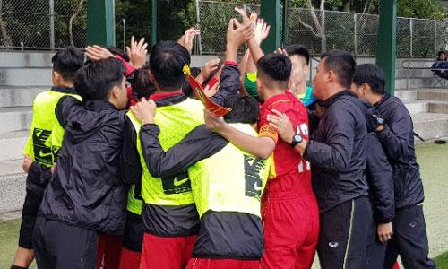 Các cầu thủ Việt Nam thể hiện sự quyết tâm trước khi bước vào trận đấu. Ảnh: VFF.