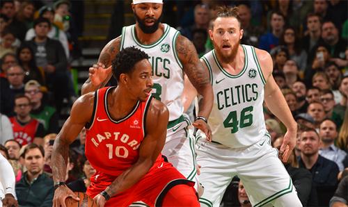 Raptors (áo đỏ) và Celtics (áo trắng) giành vé dự play-off NBA sớm trước một tháng. Ảnh: NBA.