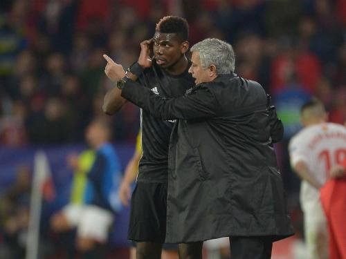 Pogba và Mourinho trao đổi trong một trận đấu. Ảnh:AFP.