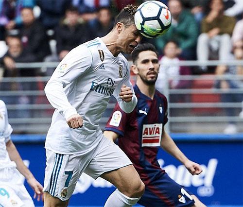 Ronaldo đón bóng rồi tung cú đánh đầu thoải mái ghi bàn thứ hai.