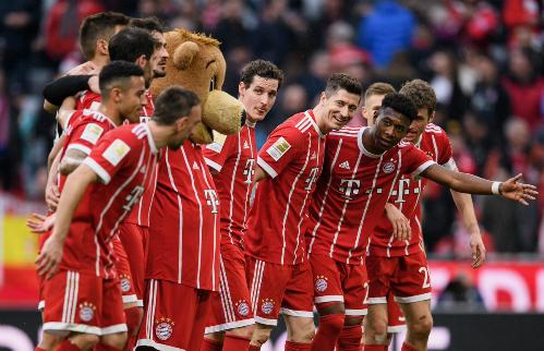 Cầu thủ Bayern chào khán giả sau chiến thắng tưng bừng.