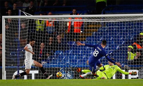 Hàng công Chelsea chơi sinh động hơn khi có một tiền đạo thực thụ là Giroud rồi Morata trên sân. Ảnh: AFP.