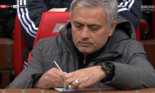 Mourinho viết chỉ đạo ra giấy gửi cho học trò. Ảnh: Sky Sports.