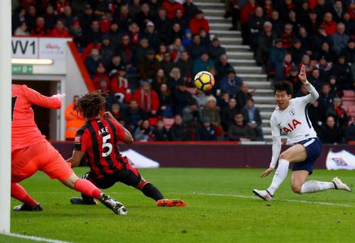Heung-Min Son dứt điểm đưa Tottenham vươn lên dẫn trước. Ảnh:AFP.