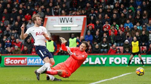Tình huống va chạm giữa Kane và Begovic. Ảnh:Reuters.